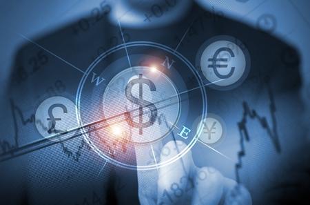 letra de cambio: Concepto abstracto de los hombres de comercio de divisas utilizando el tacto Funciones de la pantalla. Global Concept comerciante de divisas. La elección de dólares estadounidenses. Decisión de comercio. Foto de archivo