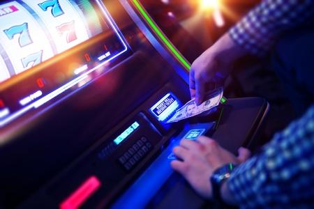 maquinas tragamonedas: Las Vegas ranura de la adicci�n al juego. Hombres de juego tragamonedas tradicionales. Foto de archivo