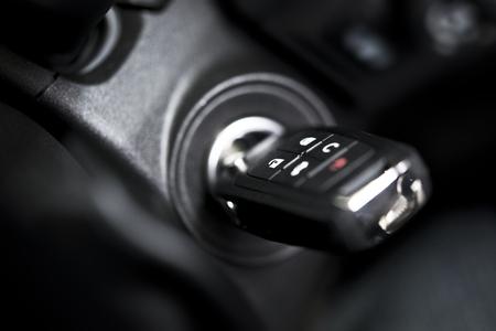 リモートのクローズ アップ写真と車のキー。車の点火の穴。