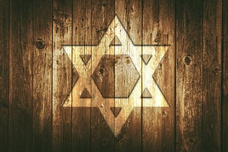 estrella de david: David Estrella en una pared de madera. Envejecido granero de madera de pared con David símbolo de la estrella en ella.