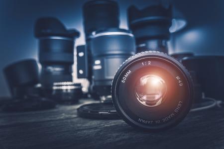 Kameraobjektiv und Fotoausrüstung im Hintergrund. Fotografie Konzept Foto. Lizenzfreie Bilder
