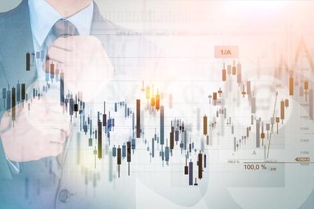 Skuteczny inwestor Concept Zdjęcie. Biznesmen, statystyki i wykresy liniowe Concept. Waluta i Stock Market Trading. Zdjęcie Seryjne