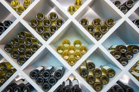 포도주 포도주 지하실에서 흰색 나무 선반. 와인 선택.