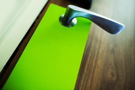 녹색 문 걸이 플라이어 근접 촬영 사진입니다. 도어 행어 마케팅. 스톡 콘텐츠