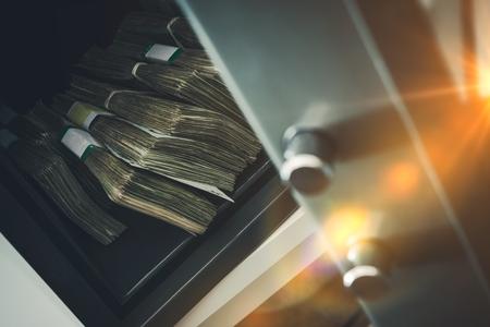 Bovedilla Residencial con la pila de dinero en efectivo. Cerca Fotos.