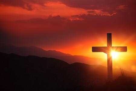cristianismo: La luz de Cristo antiguo crucifijo de madera en el desierto durante la puesta del sol escénica.