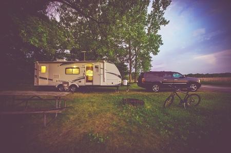 RV Camping Adventure. SUV Ciągnięcie Trailer Travel. Zdjęcie Seryjne