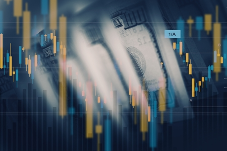 Dollar-Wert-Konzept. Amerikanische Economy-Konzept. Dollar-Währung Hundert Dollar Banknoten mit Handelsliniendiagramme. Standard-Bild - 56892205