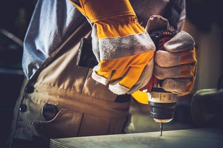 주거용 건축 공사는 거의 없습니다. 그의 Driller와 나무 선반을 고정하는 남자. 스톡 콘텐츠