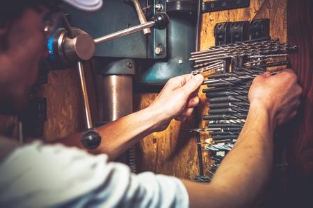 taladro: Trabajos de perforación. Elección de la broca derecha. Trabajador del Cáucaso y su máquina de perforación.