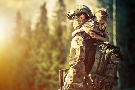 acion: Soldado Vuelta a casa tras años de guerra. Hija feliz bienvenida a su papá en casa. Volviendo de tropas Concepto. Foto de archivo