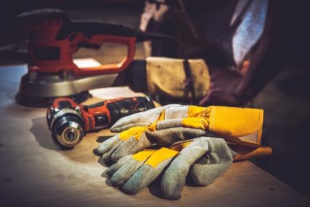 주택 개조 작업. 건설 도구 및 안전 장갑. 스톡 콘텐츠
