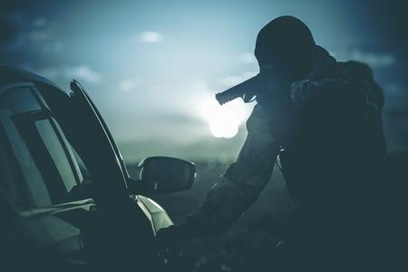 경찰이 만든 차량 체크 포인트. 의심스러운 자동차 여객에 마스크 총에 경찰이. 안티 테러 체크 포인트. 군대 검문소. 스톡 콘텐츠