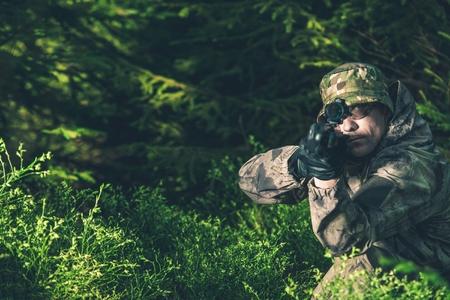 森のハンター。いくつかの鹿をスポッティング スコープ ライフルで密猟者。
