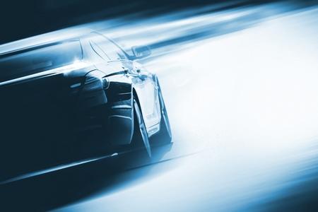 El exceso de velocidad del coche Antecedentes Foto del concepto. Vehículo en una carretera. Telón de fondo Concepto de deportes de motor con espacio de copia.