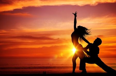 Dansende Jonge Stellen op het Strand bij Zonsondergang.