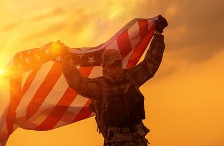 soldado: Soldado Celebración de la victoria que corre con la bandera americana grande. Soldado con la bandera.