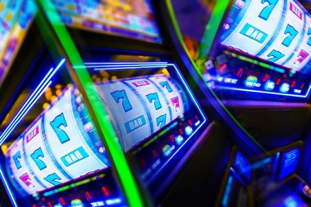 Máquina tragaperras del casino Mania. Vegas Play y conceptual foto de la diversión.