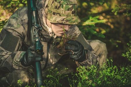 soldado: Rastreador buscando cualquier signo de persona seguida o de la fauna. Persona especialista en Seguimiento. Encontrar y seguir un rastro