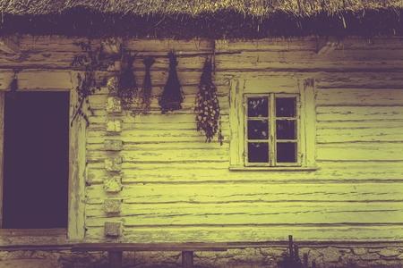 Vintage House in Sepia-Farben. Weinlese-Blockhaus in Kleinpolen, Europa.