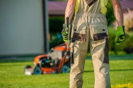 paysagiste: Garden est ma mission. Paysagiste Caucasian Gardener Ready For dur Garden travail.