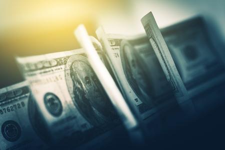 초점에서 USD 미국 달러. 한 미국 100 달러 지폐의 근접 촬영 사진. 스톡 콘텐츠