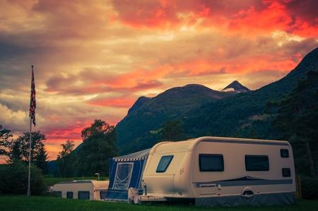 경치 좋은 야영 일몰. 여행 트레일러와 캠프장을 통해 일몰 하늘입니다. 캠프장 캐러밴 캠핑. 스톡 콘텐츠