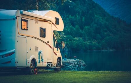 Camper Camping w Glacier Lake. Camper Van wakacje. Zdjęcie Seryjne