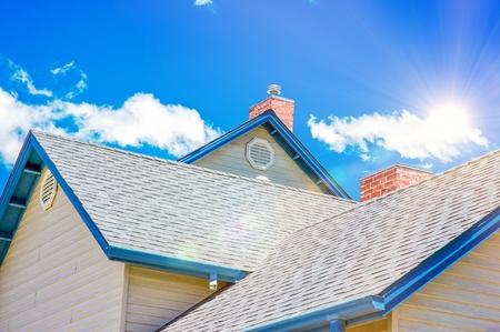 하우스 지붕 및 지붕 비즈니스 개념 사진. 홈 건설 테마. 스톡 콘텐츠