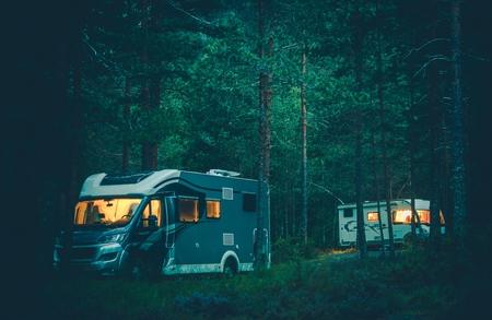 야생에서 캠핑 모터 홈. 밤의 숲에서 RV Boondocking. 야영 자 밴에 여행.