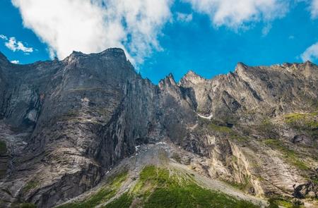 山地の Trolltindene。中央ノルウェー西部、ヨーロッパの風光明媚な山の峰。山の風景。海の谷でトロール ピーク