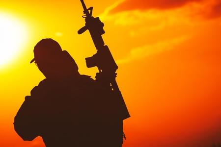 Moderne uitgeruste soldaat met geweer Sunset Silhouette. Militair concept