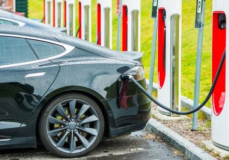 Station de recharge de batterie de voitures électriques. Technologies de transport modernes.