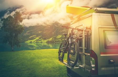 캠핑은 모험 트립. 자전거와 카약 현대 캠퍼 밴 장거리 버스.