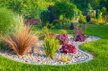 작은 주거 정원 조경 디자인. 원 예 테마입니다.