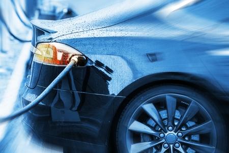 Zero Emission Electric Car v nabíjecí stanici. Moderní Electric Sedan Car Concept Foto.