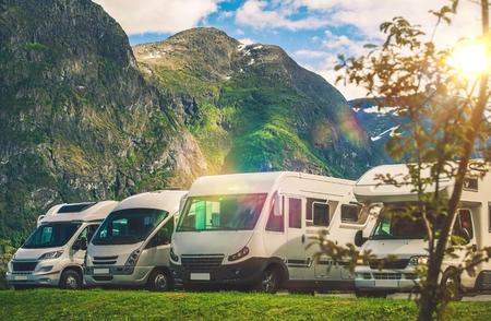 경치 좋은 RV 공원 캠핑. 원격 위치에 캠퍼 밴이 거의 없습니다. RVing 테마.
