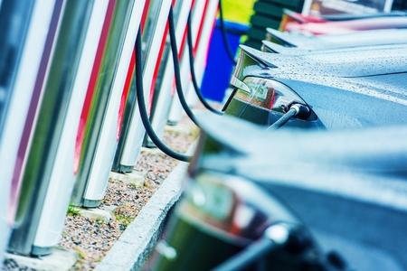 Laden von Elektrofahrzeugen mit öffentlichen Außen Elektro-Ladegeräte. Moderne Elektroautos im Einsatz. Zukunft des Verkehrs. Standard-Bild