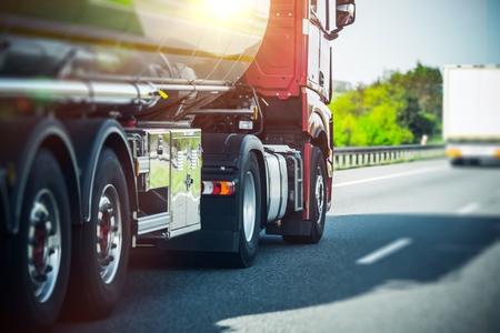 Euro Semi Truck auf der Autobahn. Semi Truck Heavy Duty Transporter Standard-Bild - 62488482