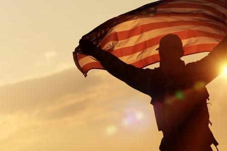 banderas america: Celebración de la bandera americana. Soldado con la marina de guerra de Estados Unidos de América la bandera en las manos. Concepto militar. Foto de archivo