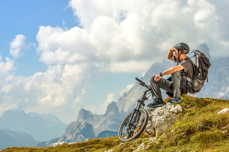 Mountain Biker Resting on the Mountain Trail. Biking Theme. Imagens - 66091395