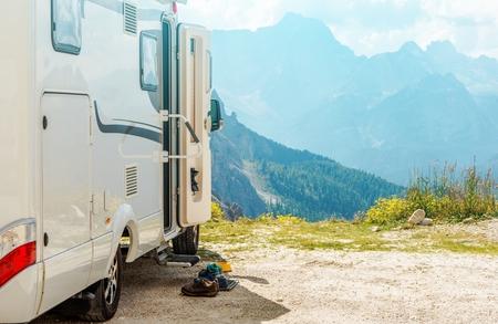 캠핑카 RV 마운틴 트립. 야영 자 캠핑과 아름다운 산의 경치.