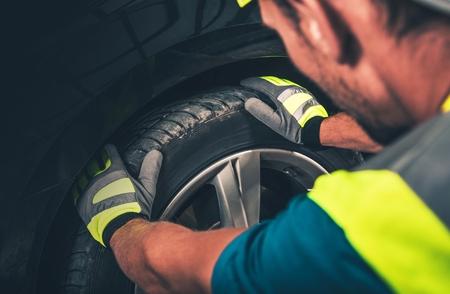 타이어 및 휠 서비스. 타이어 서비스를 준비하는 남자. 스톡 콘텐츠
