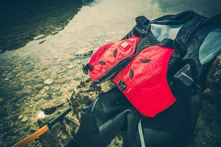 Wassersportausrüstung Neoprenanzug und Schwimmweste inklusive. Standard-Bild