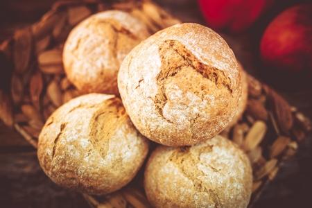 italienisches essen: Fresh Whole Grain Rolls in the Basket. Fresh Baked Rolls. Lizenzfreie Bilder
