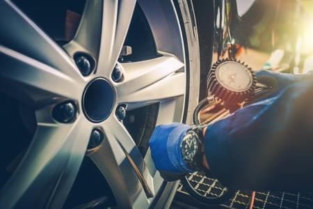 자동차 서비스 차고에서 자동차 타이어 압력 점검.