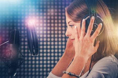 若くて野心的な歌手のレコーディング スタジオで。歌を記録する彼女の 20 代の白人歌手は。プロの録音。