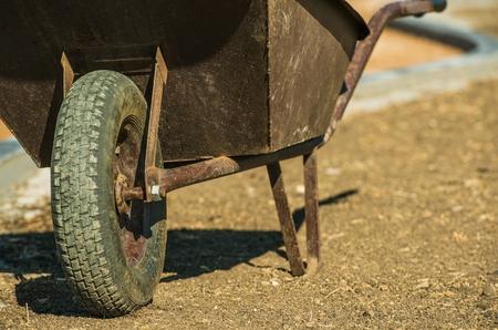 高齢者の金属の手押し車。建築側のコンセプト