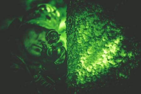Hunting Poacher Met Riffle In Night Vision Kleurclassificatie. Stockfoto