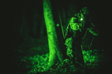Soldat dans Night Vision View. Militaire Photo Concept.